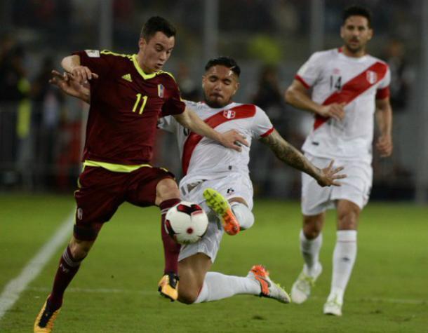 Un jugador de Venezuela, Juanpi Añor, disputa un valón