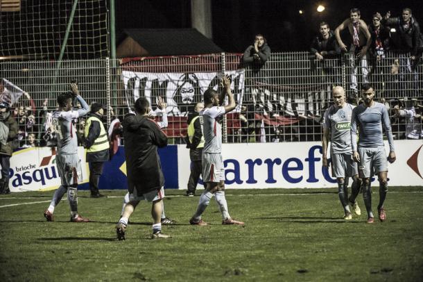 Los jugadores del Mónaco saludan a sus aficionados que llegaron hasta el estadio. Foto: twitter.com/AS_Monaco