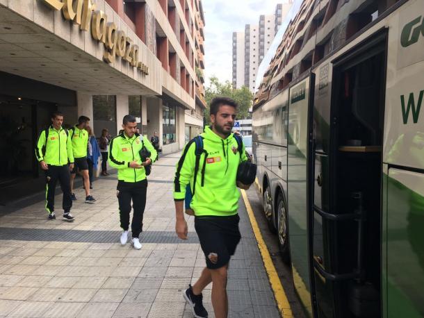 Jugadores del Elche CF montándose al autobús que le lleva a La Romareda   Foto: Elche CF