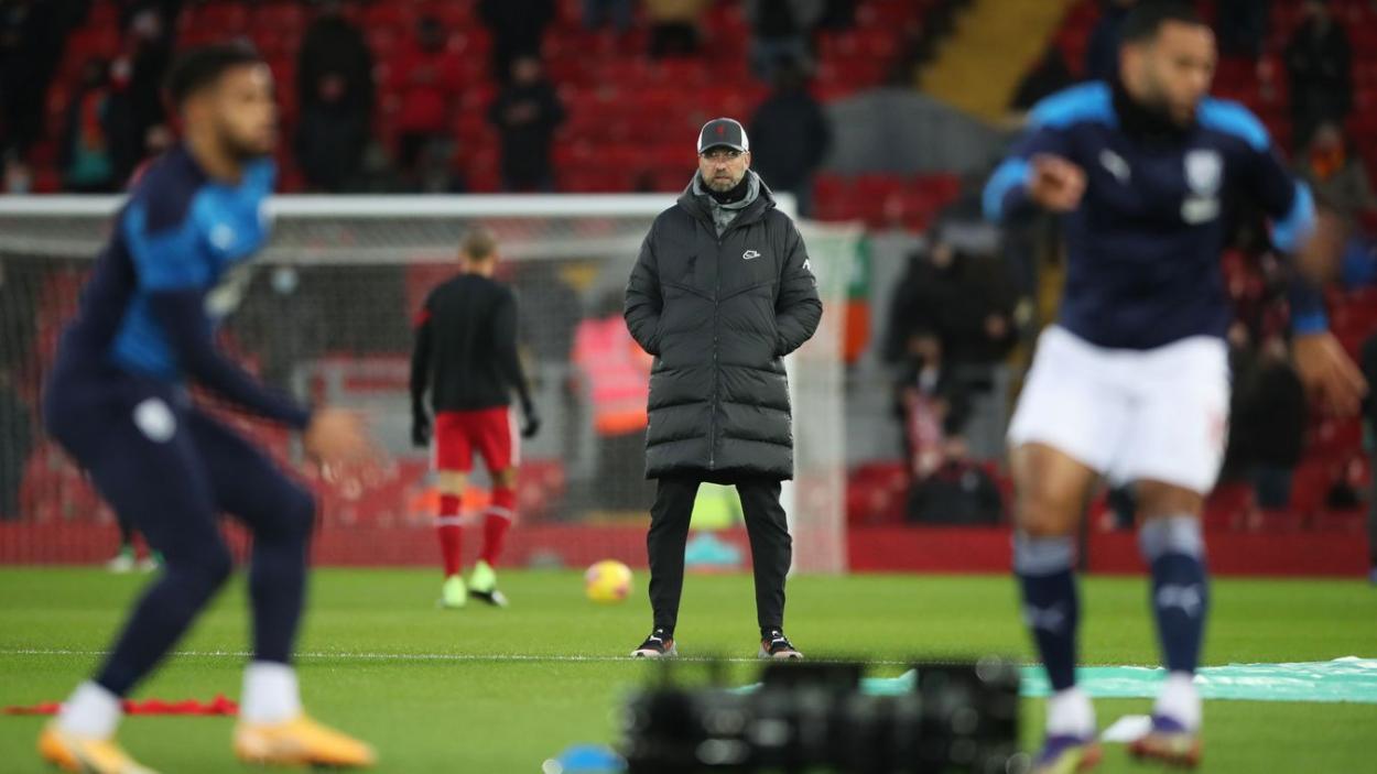 Jurgen Klopp visualizando el calentamiento del West Brom. Foto: Premier League