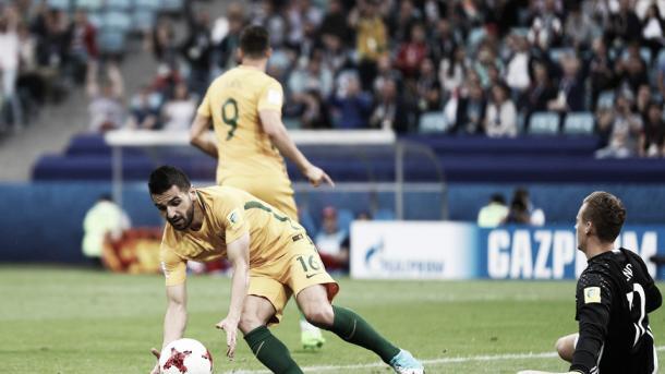 Behich pegou a bola para comemorar o gol de Juric (Foto de Buda Mendes / Getty Images)