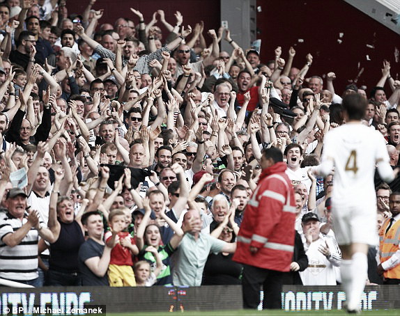 Above: Ki celebrates with the Swansea City fans in their 4-1 win over West Ham | Photo: BPI / Michael Zemanck
