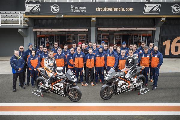 El KTM MotoGP Racing Team al completo en Cheste. imagen KTM