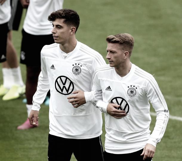 Presente e futuro: Kai Havertz e Marco Reus treinam juntos pela seleção alemã. Foto: reprodução/Twitter @dfb_team