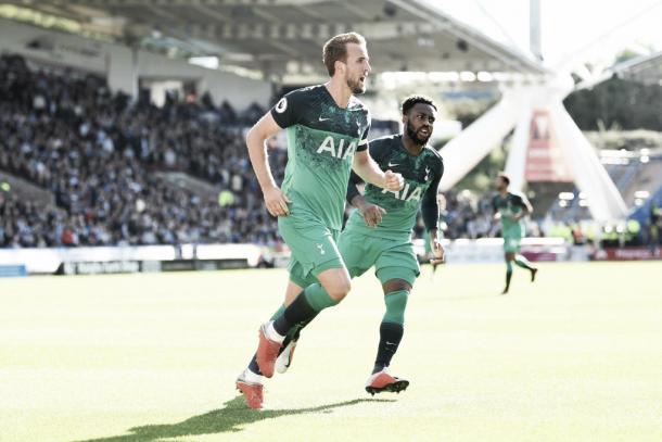 Capitão inglês comemora segundo gol ao lado de Danny Rose. (Reprodução/Twitter@SpursOfficial)