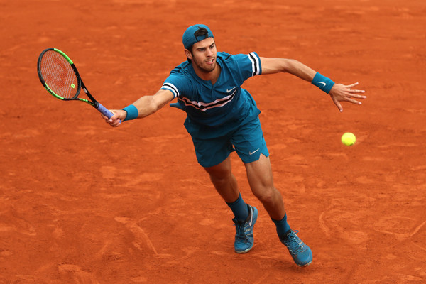 Karen Khachanov returns a serve | Photo: Matthew Stockman/Getty Images Europe