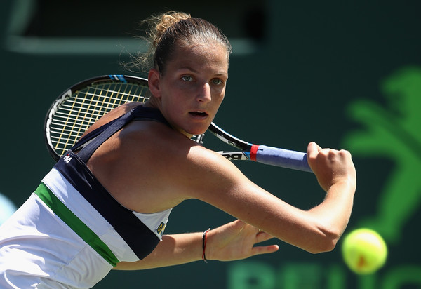 Karolina Pliskova reaches out for a shot | Photo: Julian Finney/Getty Images North America