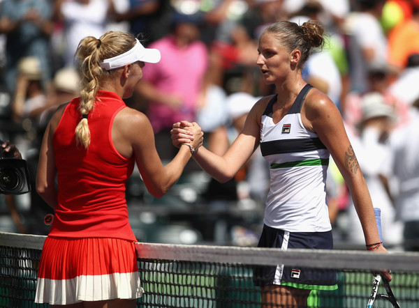 Caroline Wozniacki and Karolina Pliskova meet at the net after the match | Photo: Julian Finney/Getty Images North America