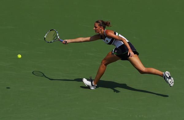 Karolina Pliskova reaches out for a shot | Photo: Al Bello/Getty Images North America