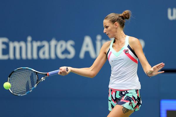 Karolina Pliskova hits a forehand against Magda Linette | Photo: Elsa/Getty Images North America