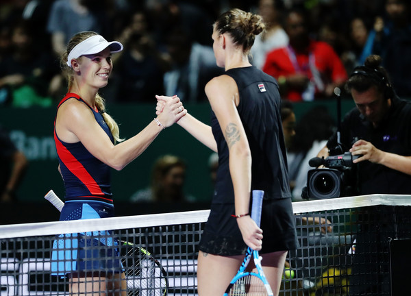 Wozniacki and Pliskova meet at the net for a warm handshake after the match | Photo: Matthew Stockman/Getty Images AsiaPac