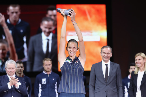 Karolina Pliskova proudly lifts her title during the trophy ceremony | Photo: Alex Grimm/Getty Images Europe