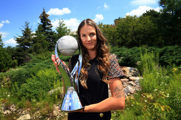 Karolina Pliskova poses along with her world number one trophy in Toronto | Photo: Vaughn Ridley/Getty Images North America