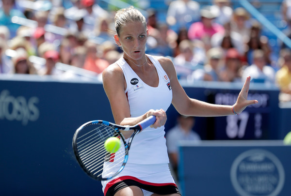 Karolina Pliskova hits a forehand against Angelique Kerber during the final of the 2016 Western & Southern Open. | Photo: Andy Lyons/Getty Images North America