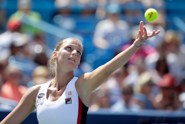 Karolina Pliskova tosses the ball in preparation to serve to Angelique Kerber during the final of the 2016 Western & Southern Open. | Photo: Andy Lyons/Getty Images North America