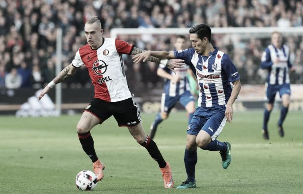 Karsdorp subiendo el balón con la oposición de un rival / Foto: feyenoord.nl