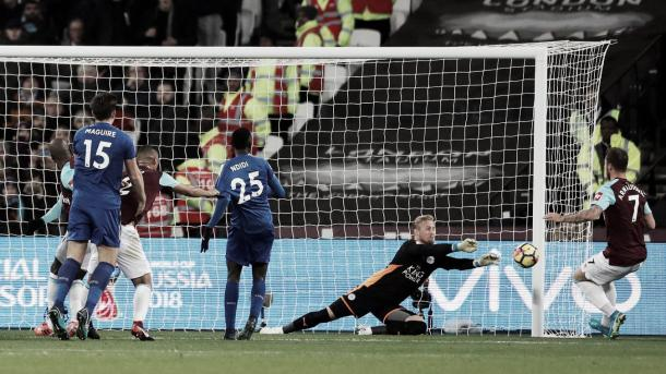 Kasper Schmeichel salvando al Leicester ante West Ham. Foto: Premier League.