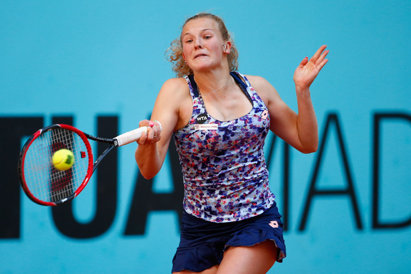 Katerina Siniakova hitting a forehand at the 2016 Mutua Madrid Open. | Photo: Jullan Finney/Getty Images