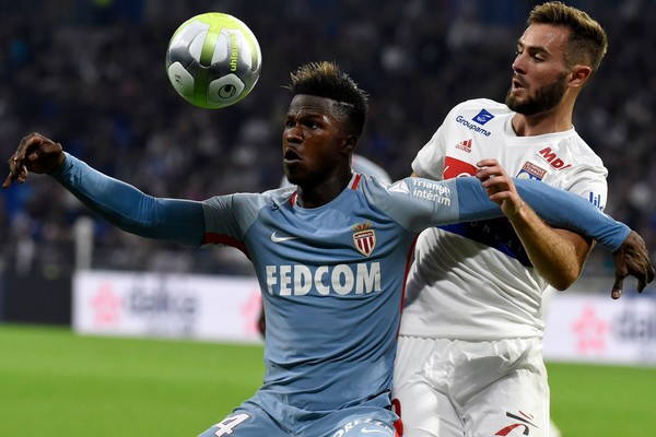 Keita protege el balón ante un jugador del Olympique de Lyon. / Foto: