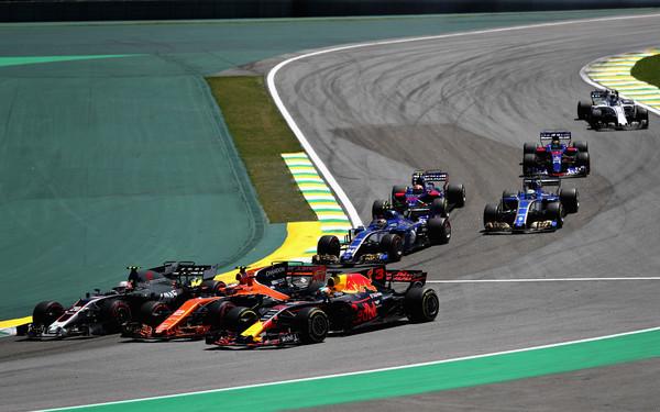 Kevin Magnussen, Stoffel Vandoorne y Daniel Ricciardo rueda con rueda antes de su accidente | Fuente: Zimbio