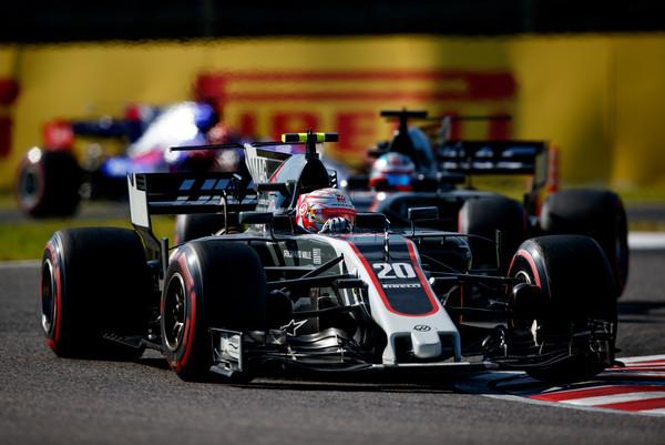 Kevin Magnuseen lidera a Romain Grosjean durante la carrera en Suzuka   Fuente: Zimbio
