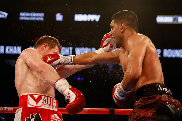 Amir Khan and Canelo Alvarez battling it out at the T-Mobile Arena in Las Vegas, Nevada. | Photo: Christian Petersen/Getty Images