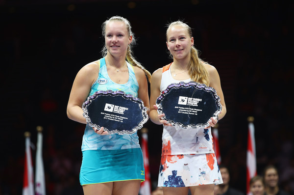 Bertens and Larsson poses along with their runner-up trophies | Photo: Clive Brunskill/Getty Images AsiaPac