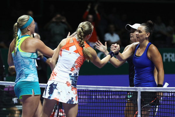 The players meet at the net for a handshake after the match | Photo: Matthew Stockman/ AsiaPac