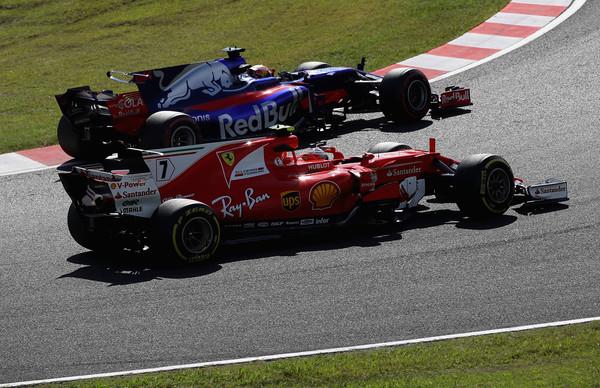 Kimi Räikkönen lucha con Pierre Gasly durante el GP de Japón   Fuente: Zimbio
