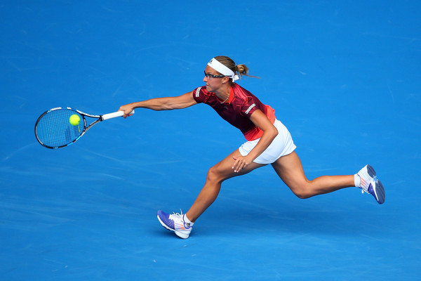 Kirsten Flipkens hits a forehand on the run. Photo: Quinn Rooney/Getty Images