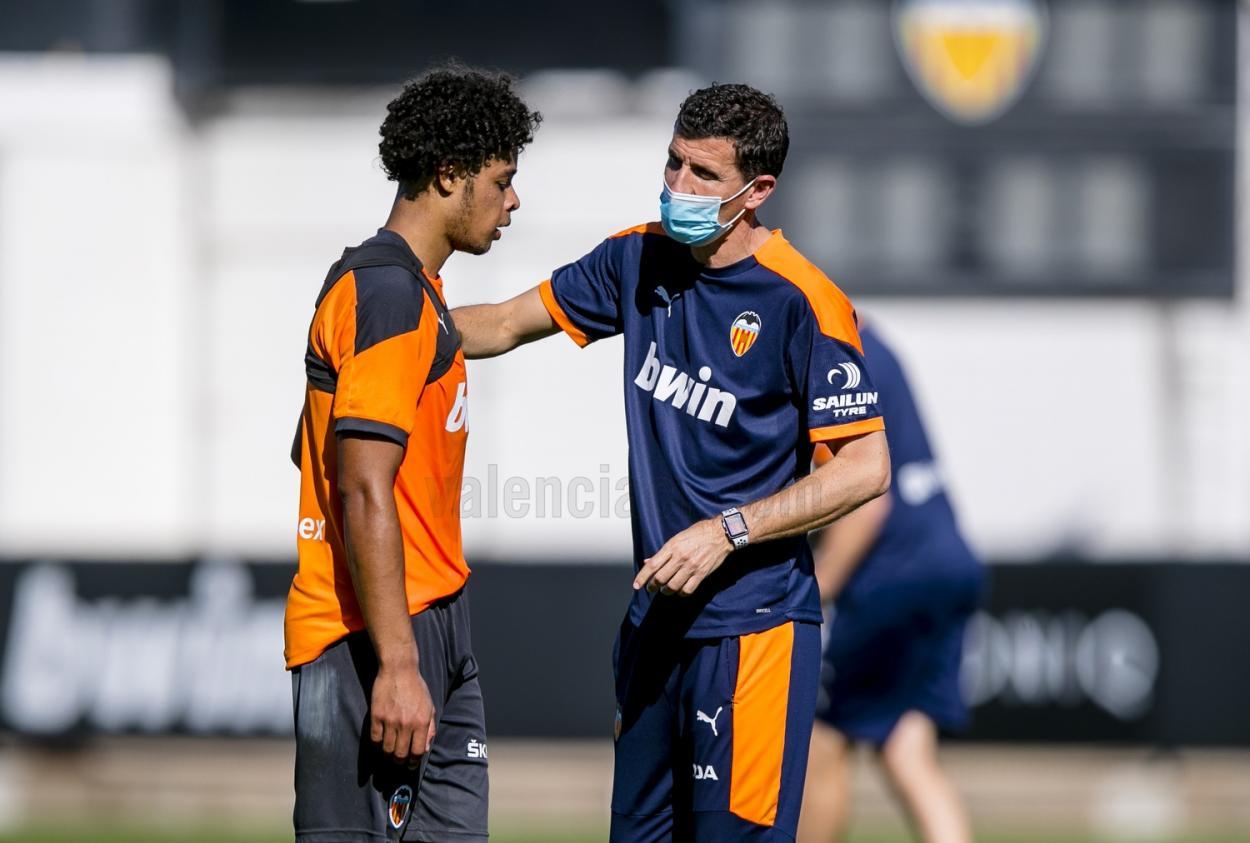 Koba recibe las órdenes de Javi Gracia | Fuente: Valencia CF
