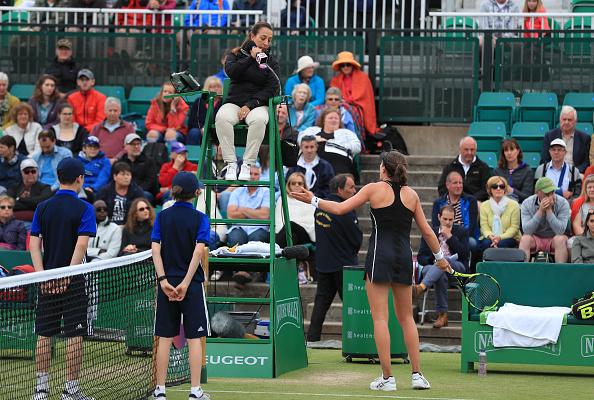 Konta discutiu com umpire Paula Vieira Souza durante a final em Nottingham (Foto: