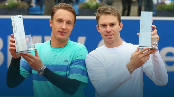 Henri Kontinen (izquierda) y John Peers con los trofeos del Abierto de Múnich. Foto: ATP