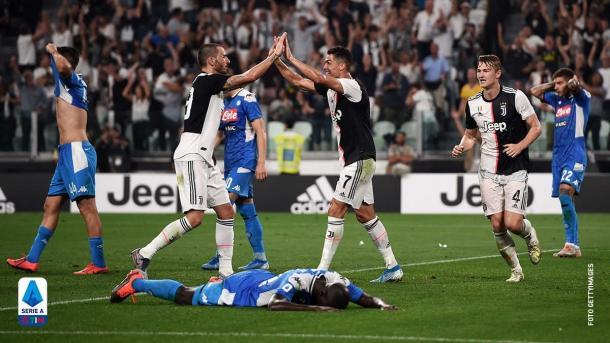 Cristiano celebra con Bonucci mientras Koulibaly cae desparramado en el verde / Foto: Twitter oficial Serie A