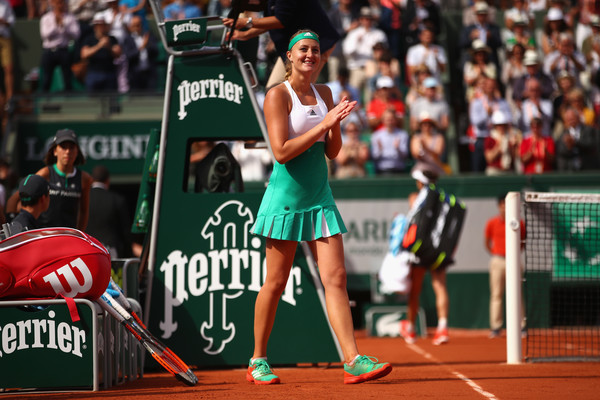 Kristina Mladenovic thanks the crowd for the support after her win against Shelby Rogers | Photo: Clive Brunskill/Getty Images Europe