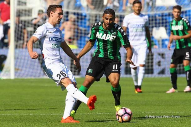 Kums affronta Defrel. Fonte: www.facebook.com/UdineseCalcio1896