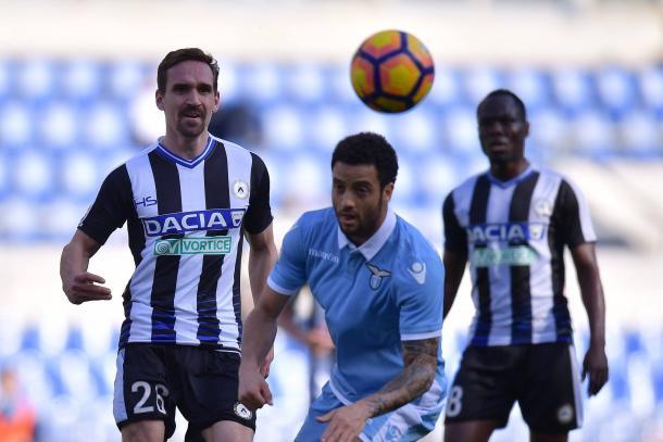 Kums affronta Felipe Anderson. Fonte: www.facebook.com/UdineseCalcio1896 