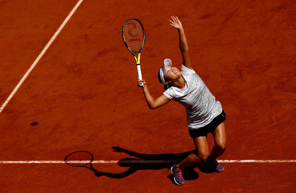 Kurumi Nara serves in the match | Photo: Adam Pretty/Getty Images Europe