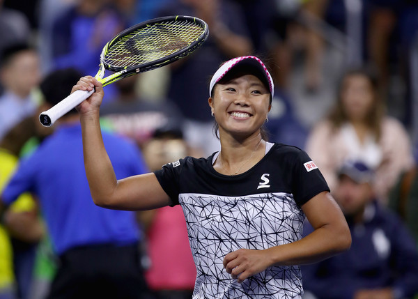 Kurumi Nara applauds the crowd after the match | Photo: Clive Brunskill/Getty Images North America