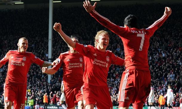 Kuyt celebrando junto a sus compañeros su histórico hat-trick I Imagen: Liverpool FC