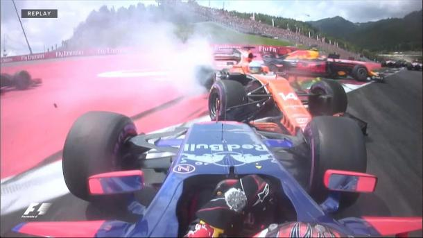 Kvyat acertou Alonso e Verstappen e seguiu na pista, enquanto os outros dois abandonaram (Foto: Divulgação/F1)