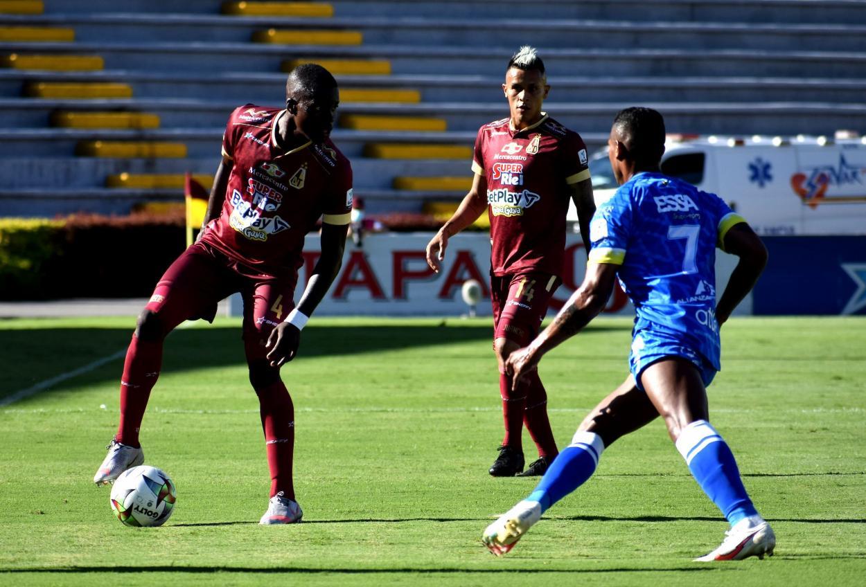 Léider Riascos dominando el balón mientras enfrenta la marca de Estéfano Arango. Foto DIMAYOR