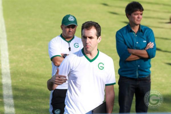 Léo Condé (centro) busca sua primeira vitória no comando do Goiás (Foto: Divulgação/Goiás EC)