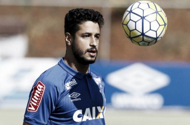 Mesmo sendo a última opção para a zaga, Léo segue prestigiado pela diretoria do Cruzeiro (Foto: Washington Alves/Light Press)