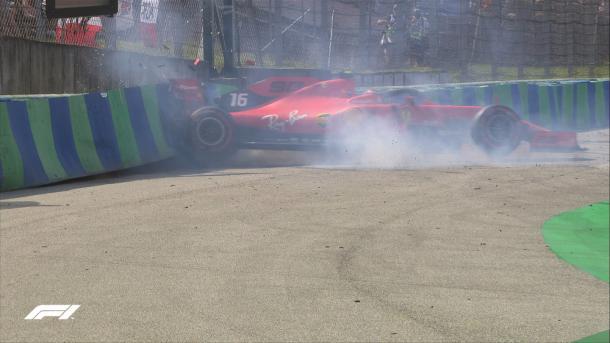 Leclerc seguiu aos boxes em seguida da batida para poder fazer manutenção a tempo do Q2 (Foto: Reprodução / F1)