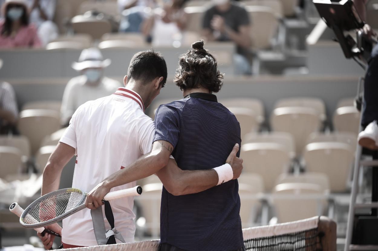 Lorenzo Musetti (derecha) se retira con ayuda de Novak Djokovic Foto Roland Garros  