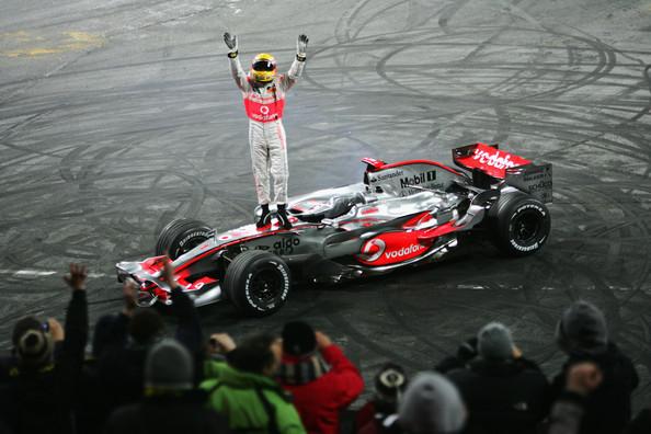 Lewis Hamilton e sua McLaren em 2008 (Foto: Reprodução/McLaren)