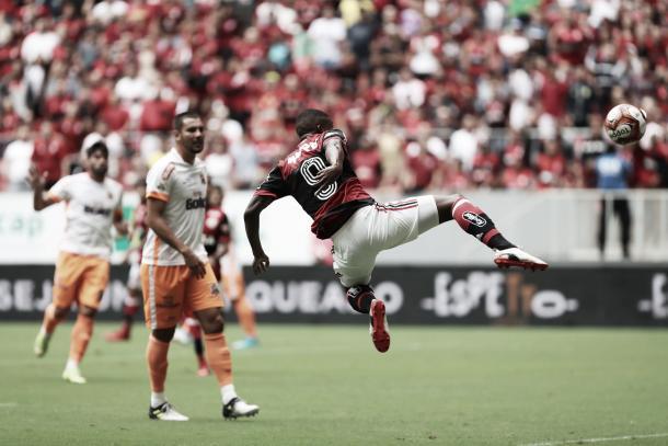 Lincoln tenta alcançar bola lançada por Diego(Foto:Gilvan de Souza/Flamengo