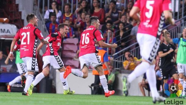 Los jugadores del Alavés, celebrando el gol de la victoria. Fuente: LaLiga