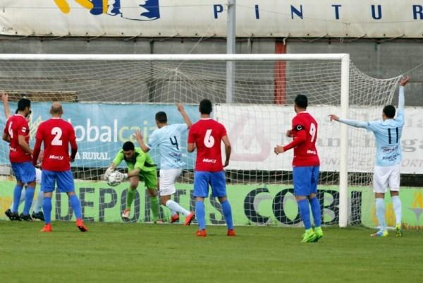 Los almerienses reclaman gol en una jugada del partido   Foto: La crónica de La Roda